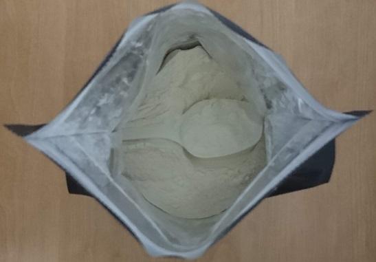 粉の中に埋もれた付属スプーン